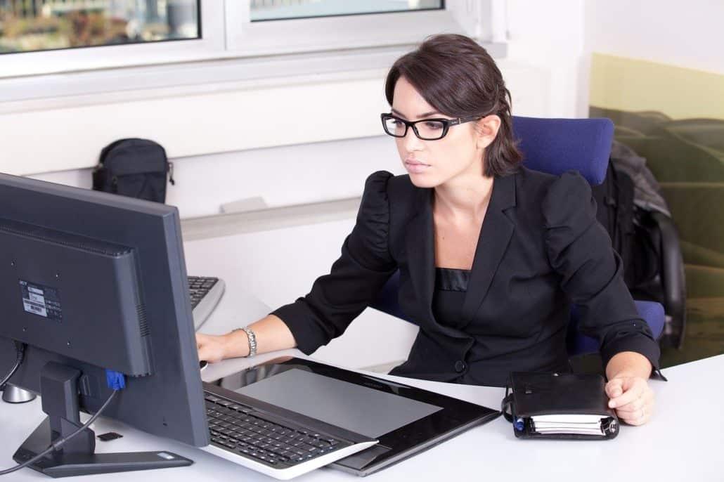 אישה במשרד מסתכלת על המחשב