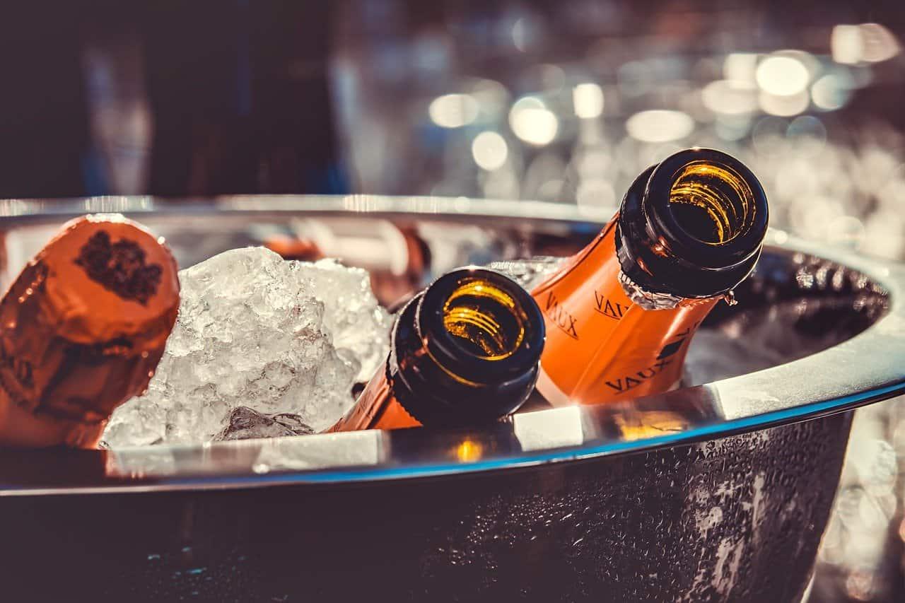דלי עם קרח ובקבוקים
