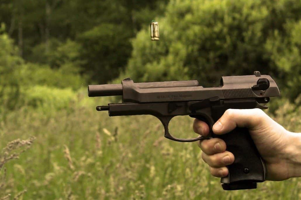 יד מחזיקה אקדח