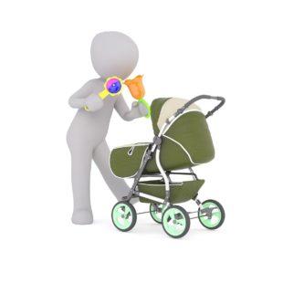 דמות וצעצועים מעל תינוק